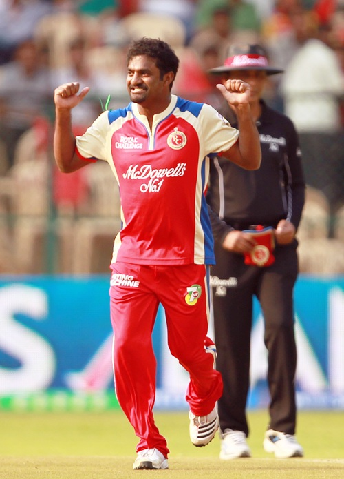Muralitharan rejoices after bowling Parthiv Patel