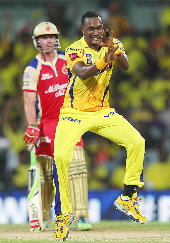 Dwayne Bravo celebrates the wicket of Ravi Rampaul as AB de Villiers looks on