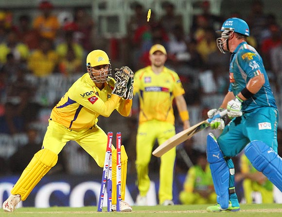 Aaron Finch is stumped by Mahendra Singh Dhoni off Ravindra Jadeja