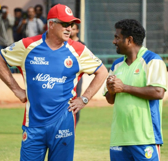 Muttiah Muralitharan (right)