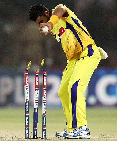 Ravindra Jadeja takes off the bails to run out Jeevan Mendis