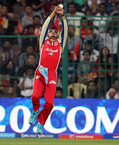 Murali Kartik takes the catch to dismiss Shane Watson