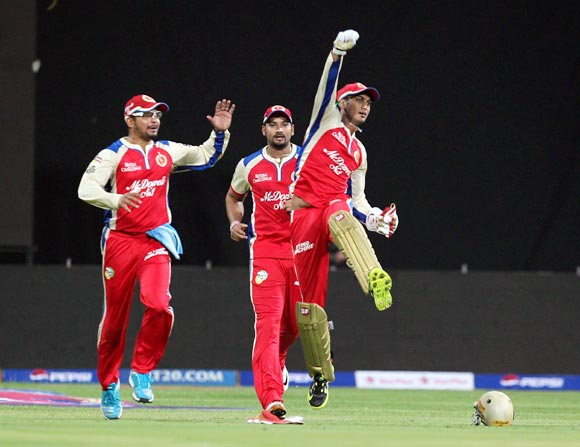 RCB wicketkeeper Arun Karthik celebrates wicket of Stuart Binny