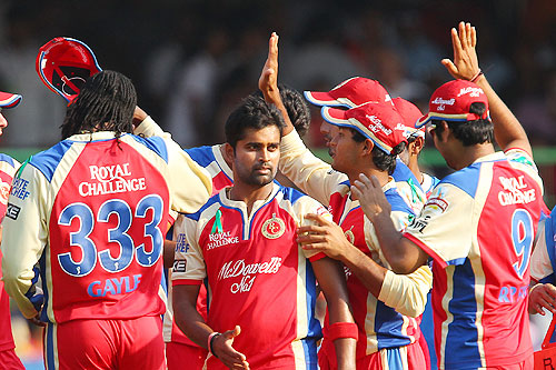 Vinay Kumar celebrates with teammates