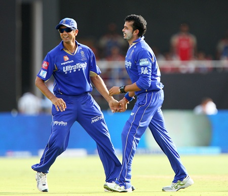 Sreesanth is congratulated by Rabhul Dravid after dismissing De Villiers