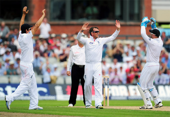 Graeme Swann celebrates the wicket of Usman Khawaja