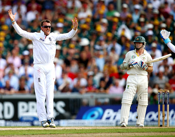 Graeme Swann celebrates after trapping Chris Rogers leg before wicket