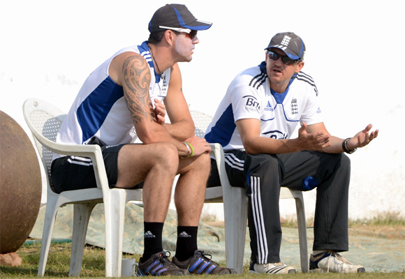 England coach Andy Flower speaks with Kevin Pietersen