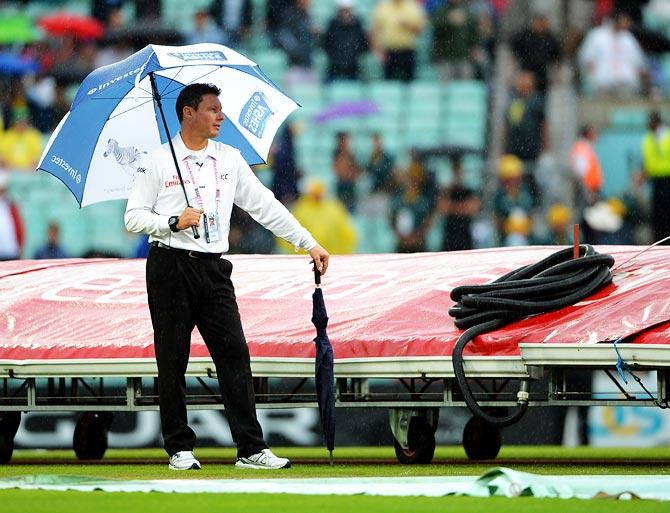 Reserve umpire Richard Kettleborough