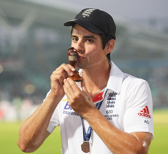 Alastair Cook of England kisses the urn after winning the Ashes