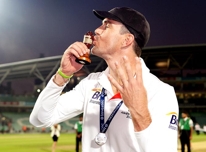 Kevin Pietersen kisses the Ashes urn