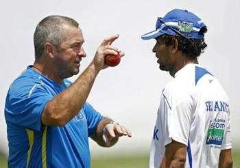 Sri Lanka's assistant coach Paul Farbrace (l) gestures as he speaks to Tillakaratne Dilshan