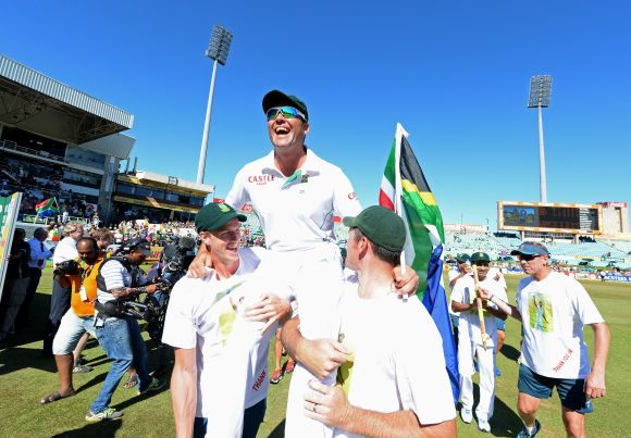 acques Kallis of South Africa on his lap of honour during day 5 of the 2nd Test match between South Africa and India at Sahara Stadium Kingsmead