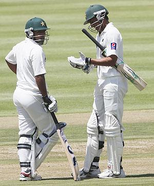 Pakistan's Asad Shafiq confers with team mate Younus Khan