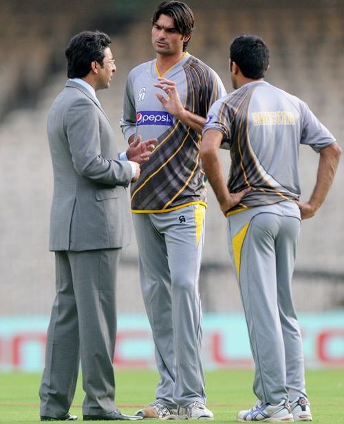 Mohammad Irfan of Pakistan has a word with Wasim Akram