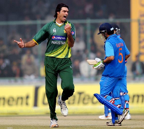 Mohammad Irfan celebrates as Gautam Gambhir walks back after his dismissal