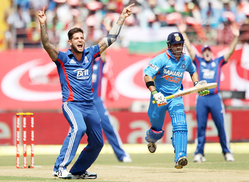 Jade Dernbach appeals for the wicket of Gautam Gambhir