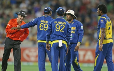 Sri Lankan players discuss tactics before the final ball of the game