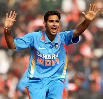 Kumar helps India thrash SL to enter tri-series final
