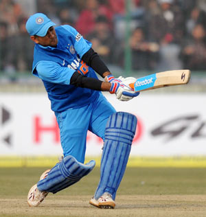 Dhoni extends helping hand to ailing 'helicopter shot ... Mahendra Singh Dhoni Helicopter Shot Video
