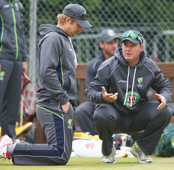Mickey Arthur (right) speaks with Shane Watson