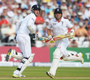 Stuart Broad and Ian Bell run between the wickets