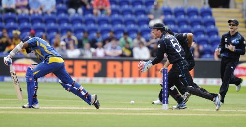 Sri Lanka's Mahela Jayawardene (L) is dismissed leg before wicket for four runs as New Zealand wicketkeeper Luke Ronchi (2nd R) celebrates