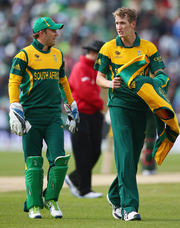 AB de Villiers (L) the captain of South Africa in discussion with Chris Morris (R)