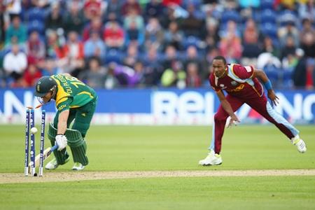 Dwayne Bravo runs-out Faf du Plessis