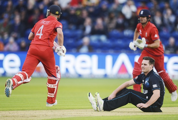 England's Jonathan Trott (left) and Alastair Cook run as New Zealand's Mitchell McClenaghan looks on
