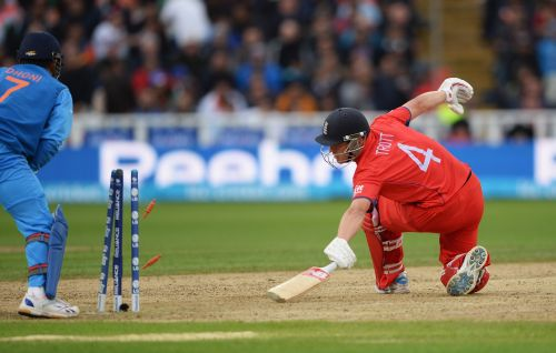 MS Dhoni stumps Jonathan Trott