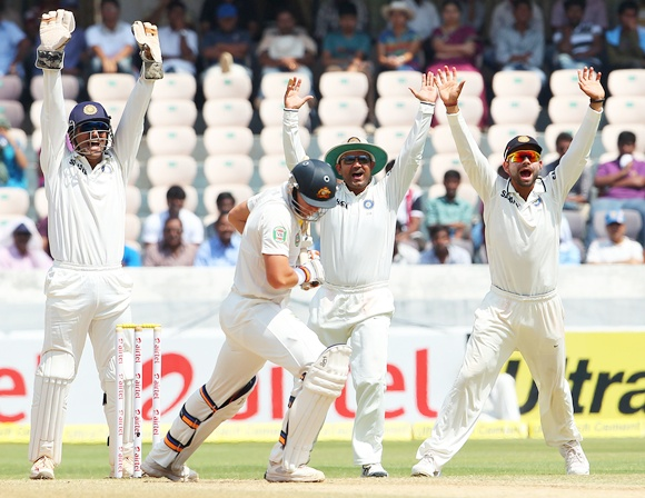 MS Dhoni, Virender Sehwag and Virat Kohli appeal for the wicket of James Pattinson