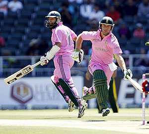 South Africa's Hashim Amla (left) and captain AB de Villiers steal a run during the third ODI against Pakistan on Sunday