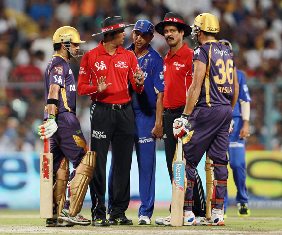 Umpires HDPK Dharmasena and CK Nandan talking to Gautam Gambhir, Manvinder Bisla and Rahul Dravid in an effort to ease tensions