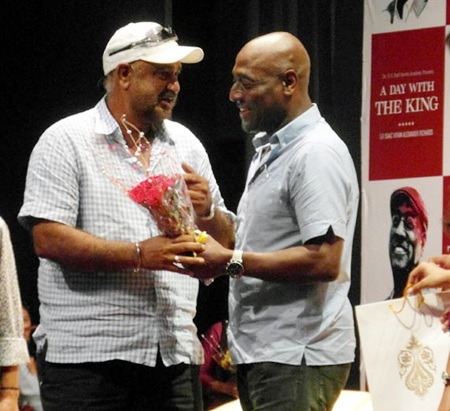 Vivian Richards presents a momento to former India medium pacer Balwinder Singh Sandhu