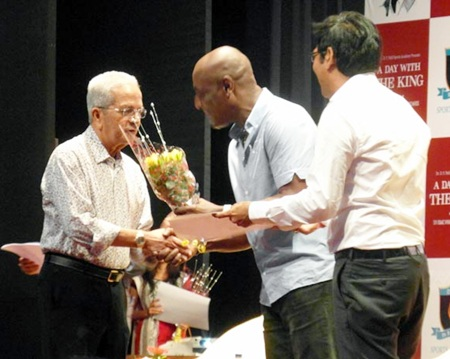 Vivian Richards presents a momento to veteran coach Vasu Paranjpe