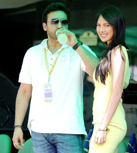 Television anchor Rochelle Rao (right) with Rajasthan co-owner Raj Kundra