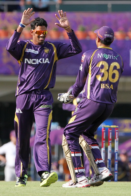 Sachithra Senanayake celebrates with Manvinder Singh Bisla after dismissing Uthappa
