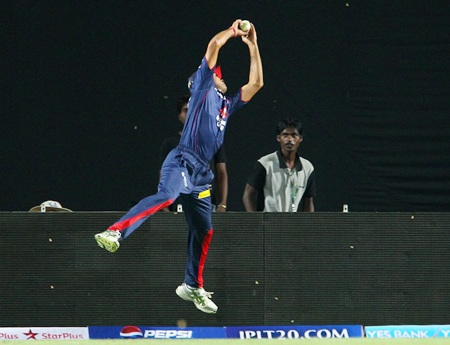 Siddarth Kaul pulls off a brilliant catch to dismiss Azhar Mahmood
