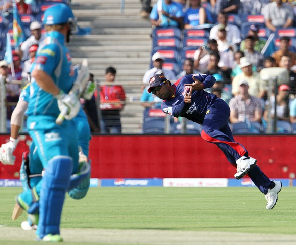Mahela Jayawardene tries an unsuccessful attempt at a run out