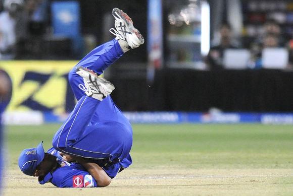 Rahul Dravid, captain of Rajasthan Royals, completes a catch to dismiss Robin Uthappa of Pune Warriors
