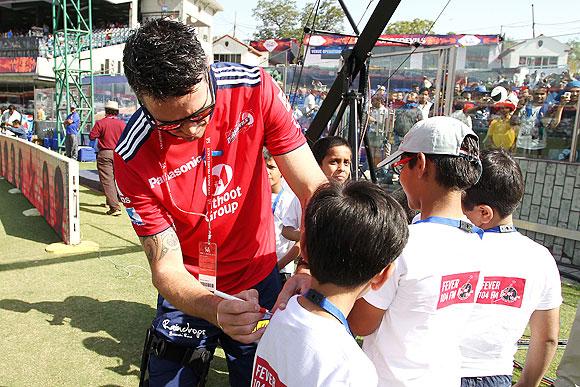 Kevin Pietersen signs a autograph