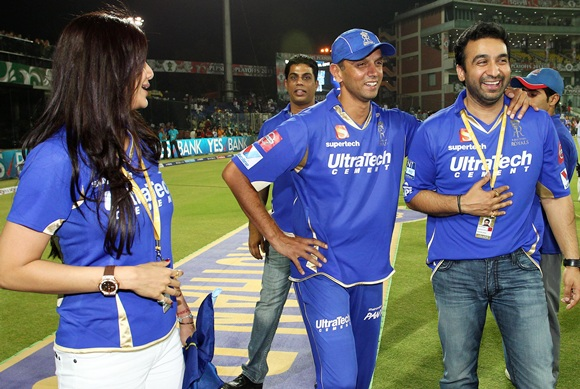 Rahul Dravid (centre) celebrate with Raj and Shilpa Kundra