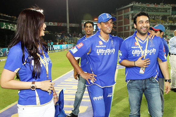 Rahul Dravid (centre) celebrates with Raj and Shilpa Kundra