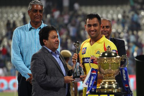 Rajeev Shukla presents the Fair Play award to MS Dhoni as Sanjay Jagdale looks on