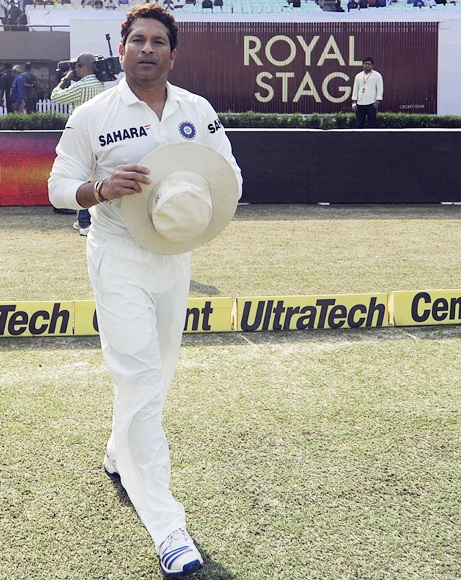 Sachin Tendulkar walks on to the field for a felicitation ceremony