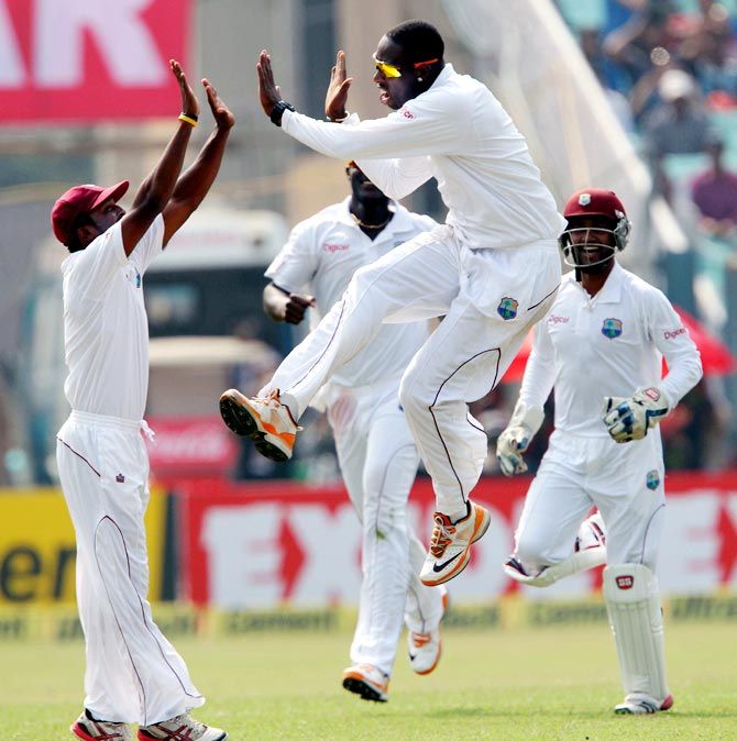Shane Shillingford (2nd right) celebrates the wicket of Sachin Tendulkar with his team mates
