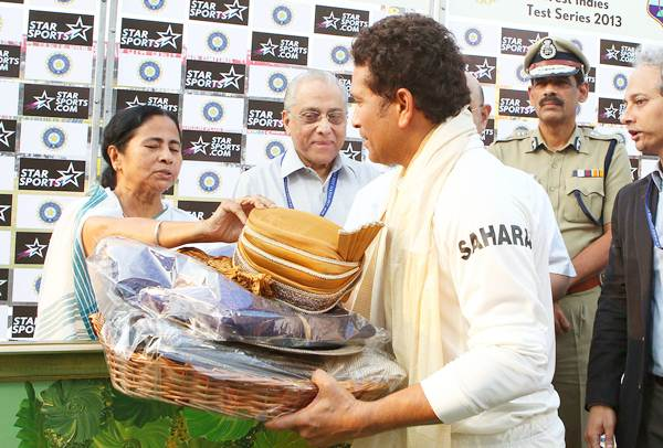 West Bengal Chief Minister Mamata Banerjee presentes a painting and turban to Sachin Tendulkar