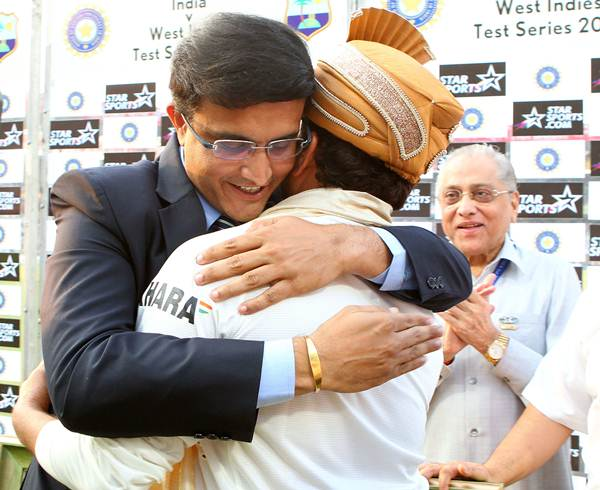 Former India captain hugs Tendulkar at the felicitation at the Eden Gardens