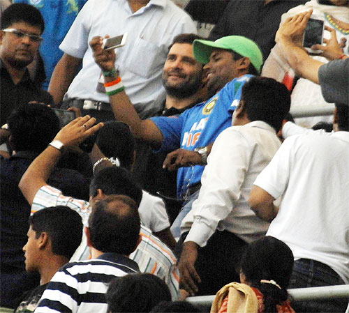 Rahul Gandhi cheers for Sachin at Wankhede
